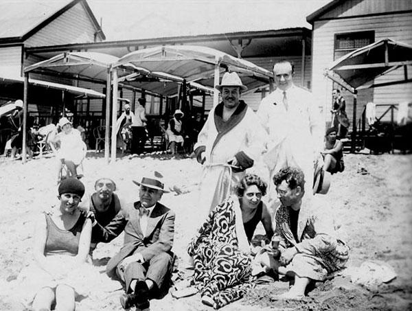 Botiquin Para Baño En Mar Del Plata:Turistas en una Playa de Mar del Plata en el año 1929